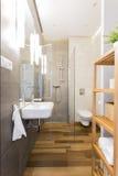 Wąska loft łazienka z drewnianą podłoga obraz royalty free