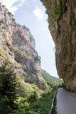 Wąska motorowa droga w wąwozie Rhodope góry, Bulgaria Fotografia Stock