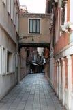 Wąska stara ulica w Wenecja Włochy zdjęcia royalty free