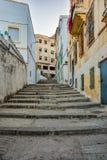 Wąska ulica średniowieczny miasteczko przy wieczór Zdjęcia Royalty Free