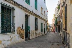 Wąska ulica średniowieczny miasteczko przy wieczór Obraz Stock