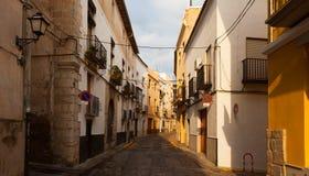 Wąska ulica hiszpański miasteczko.  Sagunto Obrazy Stock