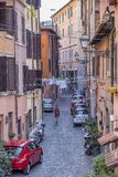 Wąska ulica i stary budynku widok w Rzym, Włochy fotografia stock