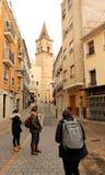 Wąska ulica która bierze w kierunku Santiago kwadrata w Villena mieście obrazy royalty free
