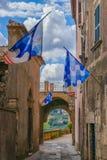 Wąska ulica miasto Orte w Umbria dekorował z tra obrazy stock