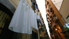 Wąska ulica Naples, najwięcej miasta w Włochy, niebezpiecznego i kryminalnego, dolny widok zbiory wideo