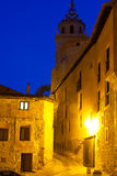 Wąska ulica przy starym miasteczkiem w nocy obraz stock