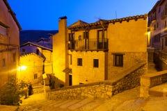 Wąska ulica stara hiszpańska wioska w lato nocy zdjęcia stock