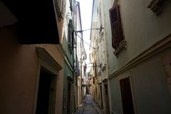 Wąska ulica w backstreets Piran fotografia stock