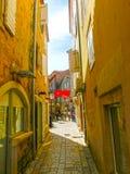 Wąska ulica w Budva w pięknym letnim dniu Obrazy Royalty Free