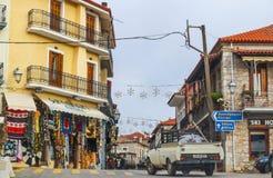 Wąska ulica w halnym miasteczku blisko ruin przy Delphi Grecja 1 8 2018 zdjęcia stock