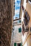 Wąska ulica w mieście z starymi budynkami obraz royalty free