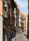 Wąska ulica w starym europejskim mieście. Alicante obrazy royalty free