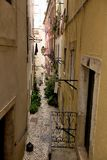 Wąska ulica w starym miasteczku Lisbon, Portugalia, - Obrazy Royalty Free