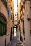 Wąska ulica w starym miasteczku w Włochy zdjęcia stock
