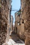 Wąska ulica wzrasta w górę starego miasteczka w zdjęcia stock
