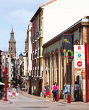 Wąska ulica z Dzwonkowy wierza katedra Logrono zdjęcie royalty free