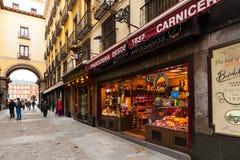 Wąska ulica z few sklep w Madryt, Hiszpania obrazy stock