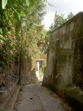 Wąska ulica z kamienną ścianą Zdjęcia Royalty Free