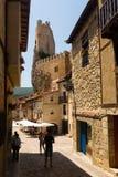 Wąska ulica z kasztelem w Frias Burgos obrazy stock
