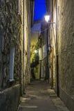 Wąska ulica z kwiatami w starym grodzkim Mougins w Francja Ni obraz stock