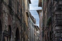 Wąska ulica z typowymi włochów domami w Lucca, Tuscany zdjęcia stock