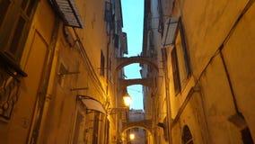 Wąska zwyczajna ulica w z starym europejskim miasteczkiem zbiory wideo