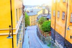 Wąski brukowiec uliczny Bastugatan w Sodermalm z średniowiecznymi domami w Sztokholm przy lato słonecznym dniem zdjęcie stock