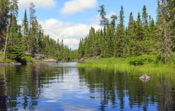 Wąski kanał na Pustkowie jeziorze Zdjęcie Stock