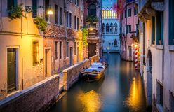 Wąski kanał w Wenecja w wieczór Zdjęcie Stock