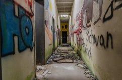 Wąski korytarz z graffiti obrazy royalty free
