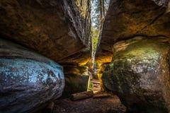 Wąski przejście między dużymi skałami w kamiennym labityncie Bledne skaly fotografia stock
