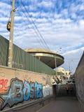 Wąski przejście między ogrodzeniami, nowożytny przejście podziemne z tunelem z nieformalnymi graffiti Gruzja, Batumi, Kwiecie? 18 fotografia stock