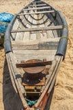 Wąski widok kościec łódź rybacka parkująca samotnie w seashore, Kailashgiri, Visakhapatnam, Andhra Pradesh, Marzec 05 2017 obrazy royalty free