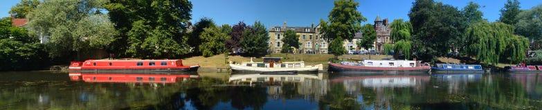 Wąskie łodzie na rzeczny krzywka przy Cambridge Zdjęcie Stock
