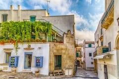 Wąskie aleje w historycznym centrum Otranto obrazy royalty free