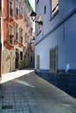 Wąskie i kolorowe ulicy fasady i balkony w Elche mieście, fotografia royalty free