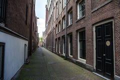 Wąskie małe puste ulicy Amsterdam Obraz Royalty Free