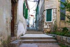 Wąskie stare ulicy i jardy w Sibenik mieście, Chorwacja Fotografia Royalty Free