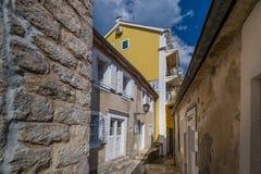Wąskie ulicy Herceg Novi stary miasteczko obrazy stock