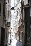 Wąskie ulicy miasto genua Włochy Stara brukowiec droga w nadokiennych grilles Piękny Perspektywiczny pas ruchu Dobry plac Fotografia Stock