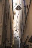 Wąskie ulicy miasto genua Włochy Stara brukowiec droga w nadokiennych grilles Piękny Perspektywiczny pas ruchu Dobry plac Zdjęcia Stock