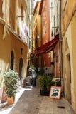 Wąskie ulicy w Starym miasteczku Ładny, Francja Obrazy Stock