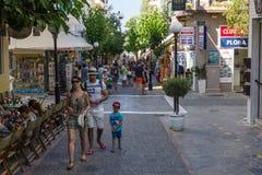 Wąskie zakupy ulicy nabrzeżny elita turystyczny grodzki Agios Nikolaos Zdjęcia Royalty Free