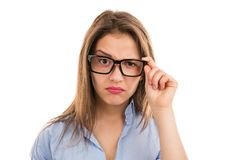 Wątpliwa kobieta patrzeje kamerę przez eyeglasses zdjęcie stock