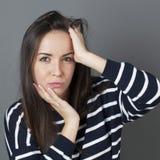 Wątpliwość i odbicia pojęcie dla zmieszanej 20s brunetki Fotografia Stock