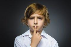 Wątpliwość, wyrażenie i ludzie pojęć, - chłopiec myśleć nad szarym tłem zdjęcie stock
