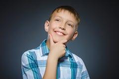 Wątpliwość, wyrażenie i ludzie pojęć, - chłopiec myśleć nad szarym tłem fotografia royalty free