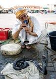 Węża podrywacz bawić się jego flet w kierunku kobry w Djemaa el główny plac w Marrakesh Medina w Maroko Fotografia Stock