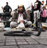 Węża whisperer w Jemaa el kwadracie Zdjęcia Royalty Free